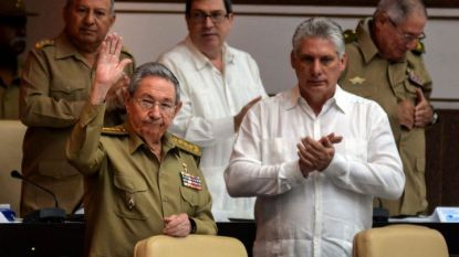 Раул Кастро (вляво) и Мигел Диас-Канел (вдясно)