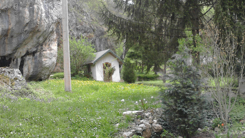 Το αγίασμα στην αυλή της μονής