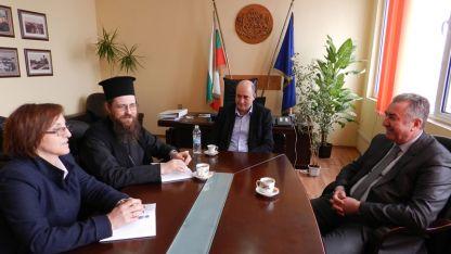 По този повод областният управител на Видин Момчил Станков (в средата) проведе среща с кмета на общината Огнян Ценков и Белоградчишки епископ Поликарп