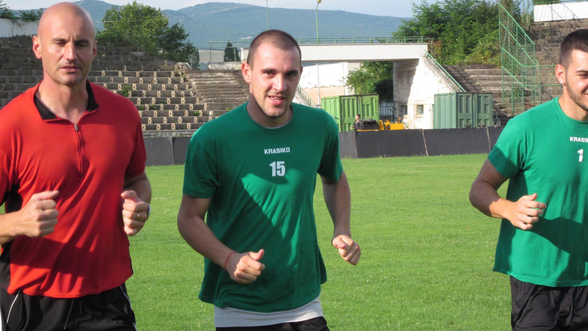 Полузащитникът Павел Петков (в средата) ще може да играе тази неделя срещу