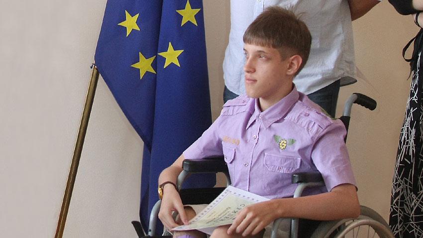 Снимка от връчването на стипендии на 10 талантливи деца с увреждания. Помощта е 17 756 лв., събрани от продажбата на книгата на Кристиян Григоров