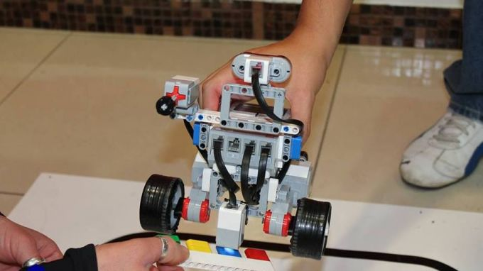 Ученици конструират робот за разделно събиране на отпадъци