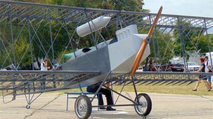 Реплика на първия български самолет, построен през 1915 година от Асен Йорданов, в Авиомузея в Крумово. Моделът е изработен от Александър Мариносян.