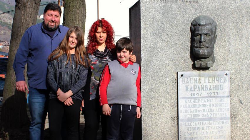 Стефан и Ели Караиванови заедно с децата им – Мариана и Васил.