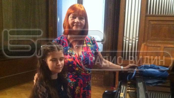 Елица Стефанова с нейната преподавателка Олга Младенова.
