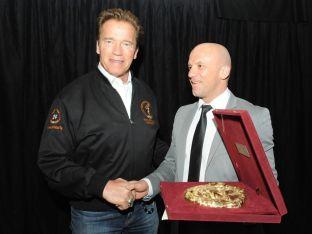 Енчо Керязов връчи на Арнолд Шварценегер копие от златната маска на Терес и го покани в България