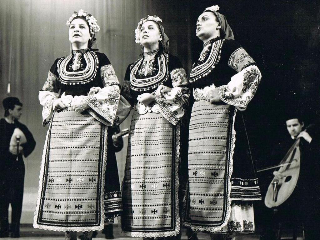 """Пеят Лиляна Галевска, Мария Лешкова и Светла Караджова на концерт с Държавния ансамбъл """"Филип Кутев"""", 80-те години. Снимка: личен архив на Лиляна Галевска"""
