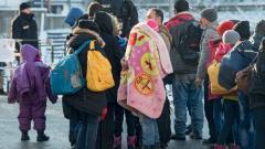 Мигранти чакат специален влак за Дюселдорф на гарата в германския град Пасау