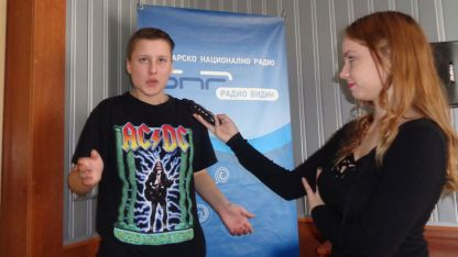 Виктория изпълнява бийтбокс в Радио ВИДИН по време на програмата
