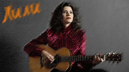 Лили Друмева подобрява настроението и като водеща на музикалното си предаване, и пеейки с китарата