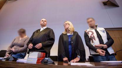 Подсъдимите Берин Т. (вдясно) и Кристиан Л. (вляво) с адвокатите им в началото на процеса във Фрайбург.