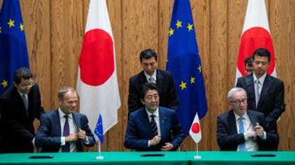 Доналд Туск, Шиндзо Абе и Жан-Клод Юнкер подписват споразумение за свободна търговия между ЕС и Япония