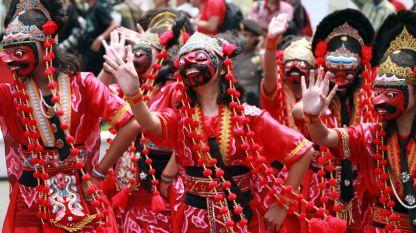 Индонезийски артисти изпълняват танц със стари маски по време на националния маскараден фестивал в Чиребон, Индонезия