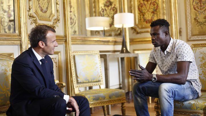 Еманюел Макрон се срещна в Елисейския дворец с малийския мигрант, спасил детето.