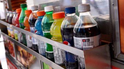 Газираните напитки съдържат голямо количество захар, която не е полезна, особено за подрастващите.
