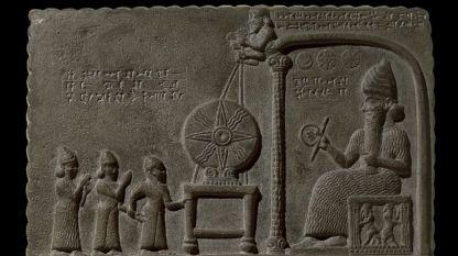 Шамаш – бог на слънцето и правосъдието, седнал на трон под символите на Слънцето, Луната и Венера. Каменната плоча е открита в южен Ирак през 1881 г.