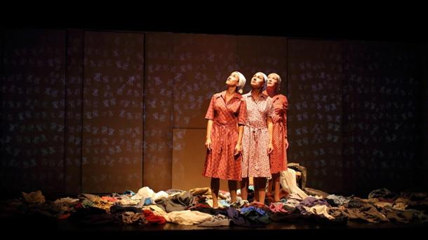 Сцена от постановката.