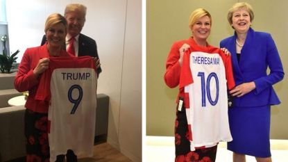 Колинда Грабар-Китарович държи тениските, които подари на Тръмп и Мей в рамките на срещата на НАТО в Брюксел.
