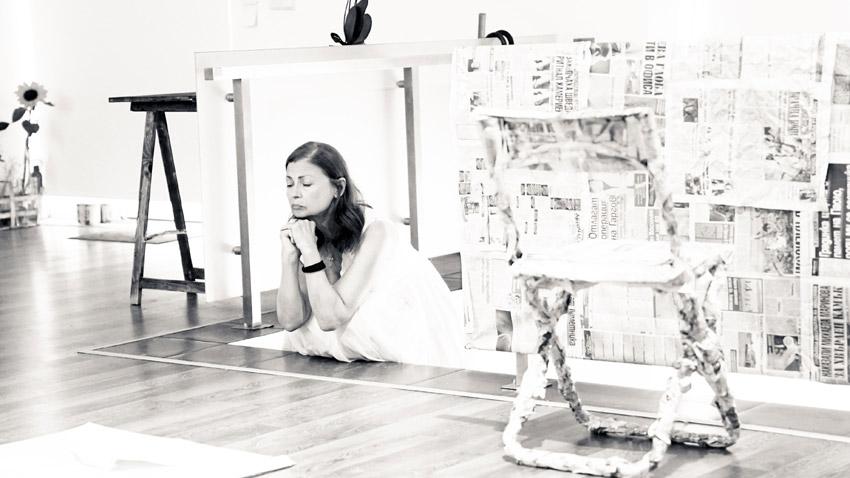 """Актрисата Мариана Крумова в сцена от представлението """"Бяло върху бяло"""", P.S. в галерия """"Етюд"""""""