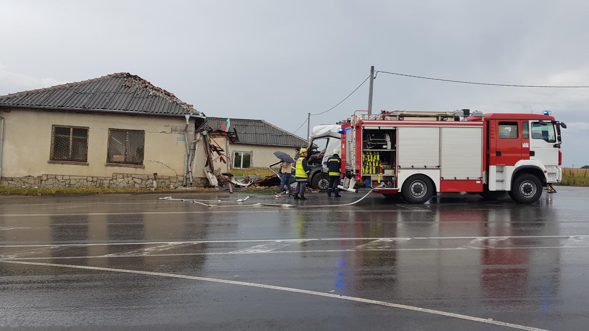 Шофьорът на катастрофиралия камион е починал на място