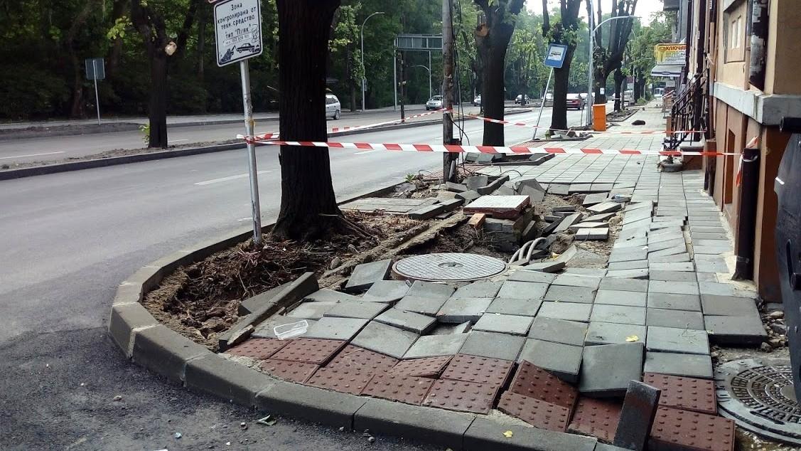 Продължава отстраняването на щетите от вчерашния проливен дъжд във Варна.