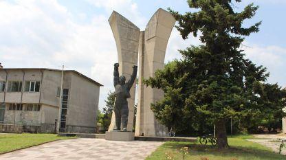 Паметника в центъра на селото.