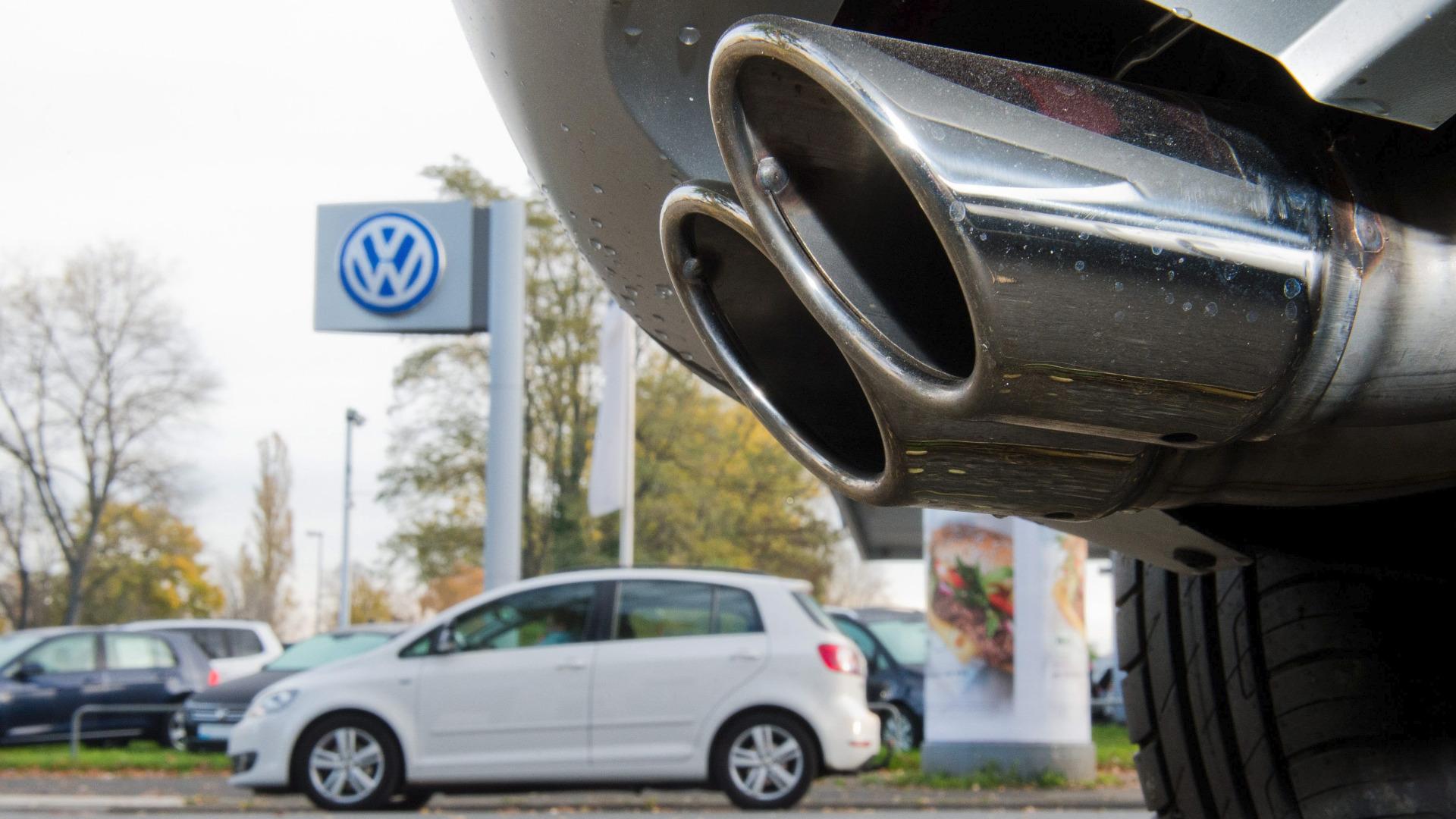 Движението на превозни средства със стари дизели двигатели ще бъде забранено по две натоварени пътни артерии на Хамбург.