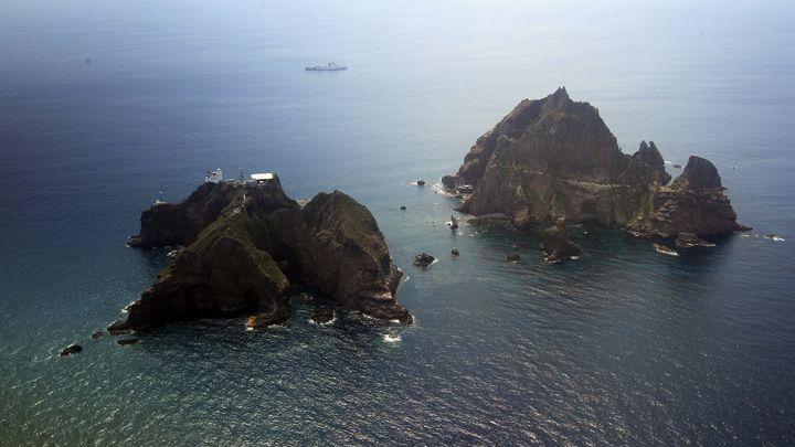 Спорните островите Докдо, които Япония наричат Такешима, се намират край източното крайбрежие на Южна Корея.