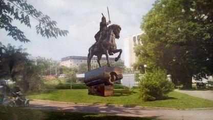 Примерен колаж със статуята на хан Крум в Пловдив