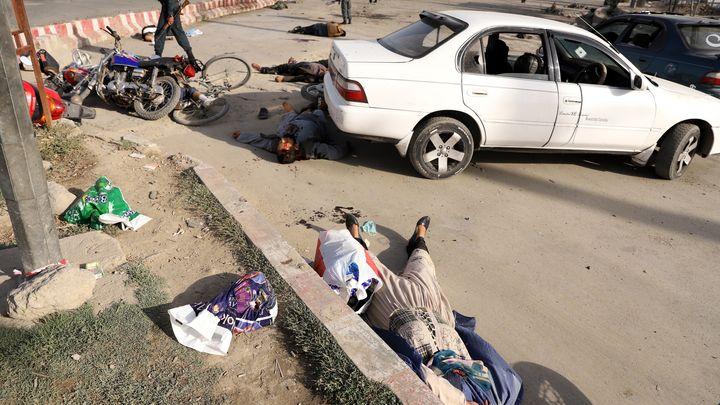 Последици от самоубийствената атака до входа на международното летище на Кабул при завръщането на вицепрезидента Достум.