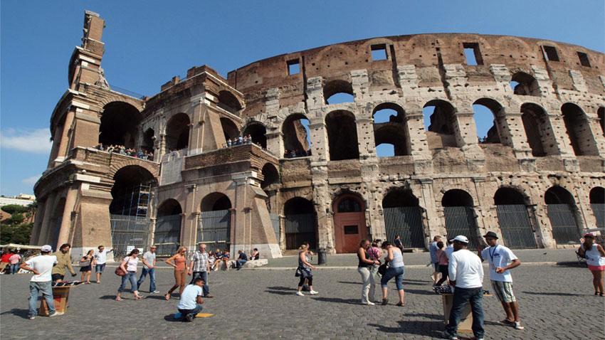 Колизеумът е най-пространният и най-великолепният от амфитеатрите в Древен Рим
