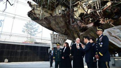 След пристигането си в Южна Корея Майк Пенс посети останките от южнокорейска корвета, изложени в щаб на ВМС на 70 км южно от Сеул. Бойният кораб бе потопен от севернокорейско торпедо през 2010 г., загинаха 46 моряци.