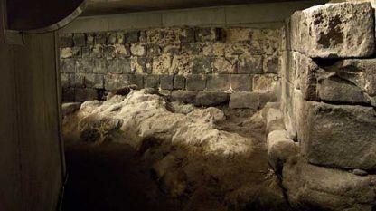 Останки от старата крепост, изградена от дялани камъни, под главния площад на Санта Крус де Тенерифе.