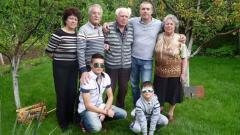 Емил Трифонов (вдясно) със семейството си