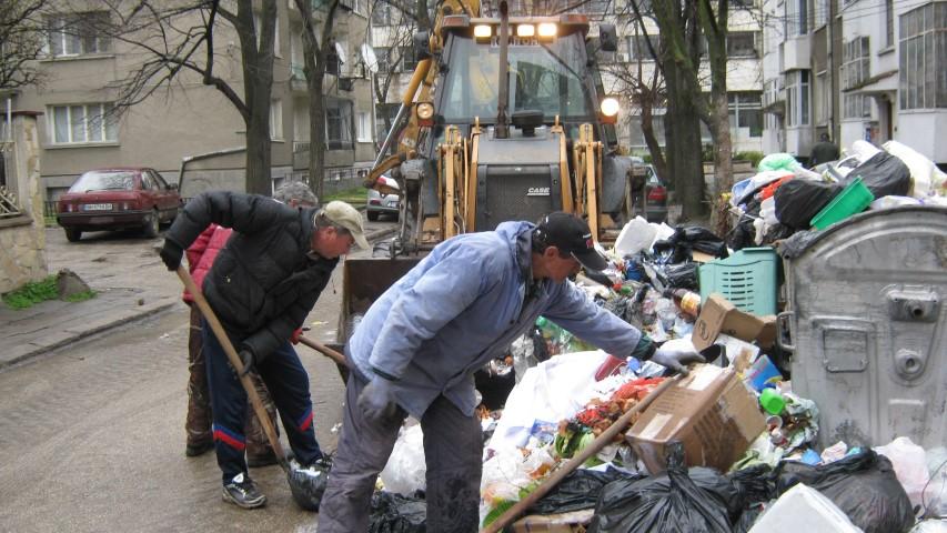 Работници от строителната група на Общината започнаха почистването на града