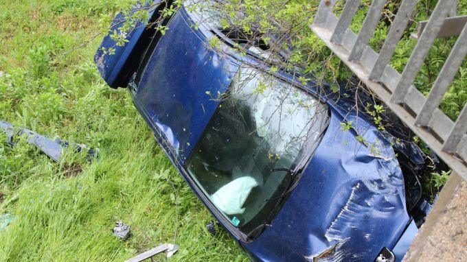 Лек автомобил с трима пътници е паднал в крайпътно дере