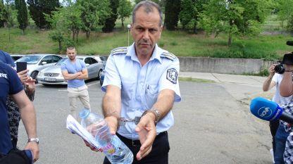 В 15 ч. от кабинета му бе изведен с белезница началникът на КАТ-Пътна полиция към ОД МВР Данаил Стоицов.