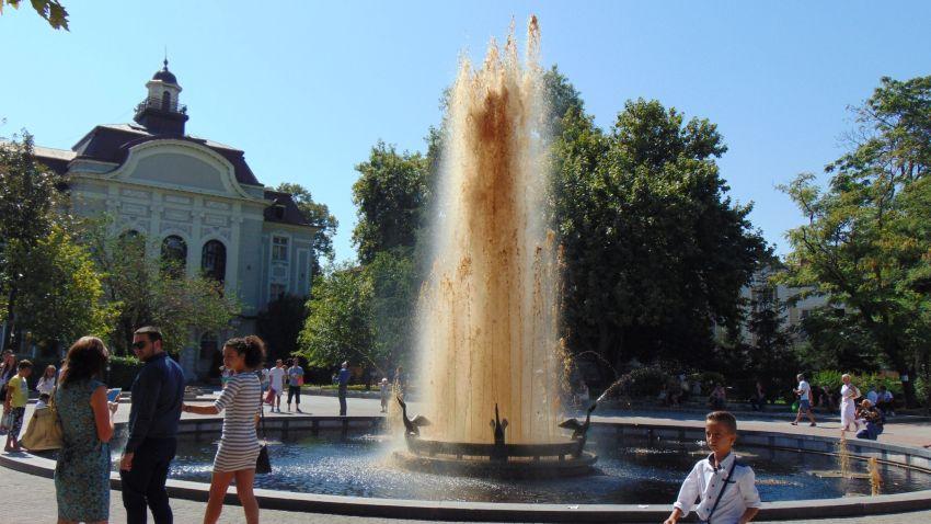 Три дни от 15 до 17 септември кафява вода бликаше от фонтана в центъра на Пловдив - с тази инсталация започнаха тридневните прояви на фестивала