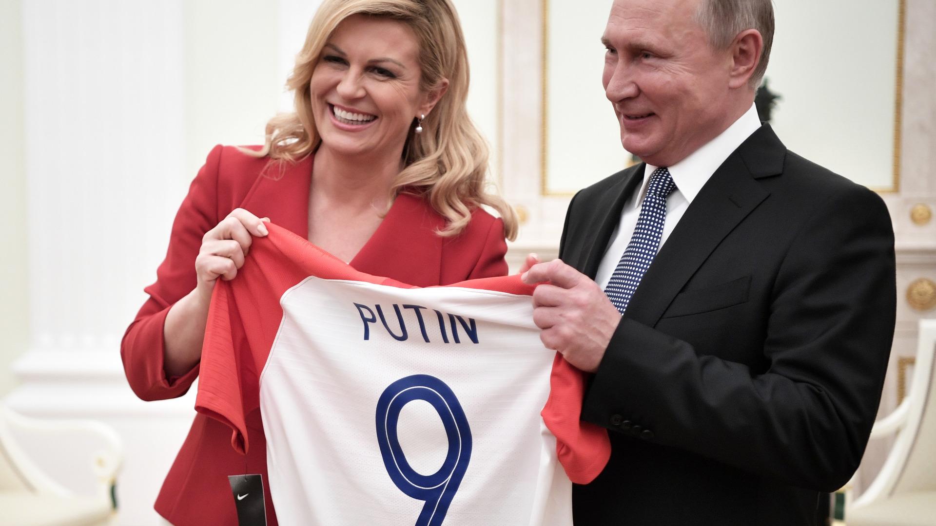 Президентът на Хърватия Колинда Грабар Китарович подари на руския президент Владимир Путин червено-бяла фланелка на националния отбор по футбол на своята страна с номер 9
