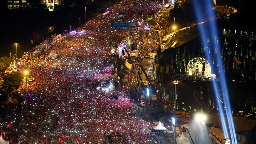 Митинг на Мосту героев над Босфорским проливом в Стамбуле