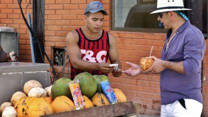 Мъж продава кокосов орех на турист в Хавана. Проектът за нова конституция на комунистическа Куба предвижда ново признание на частния сектор, но и засилен контрол върху него.