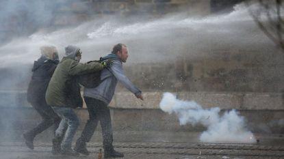 Силите на реда използваха водни оръдия срещу демонстрантите в Нант в събота.