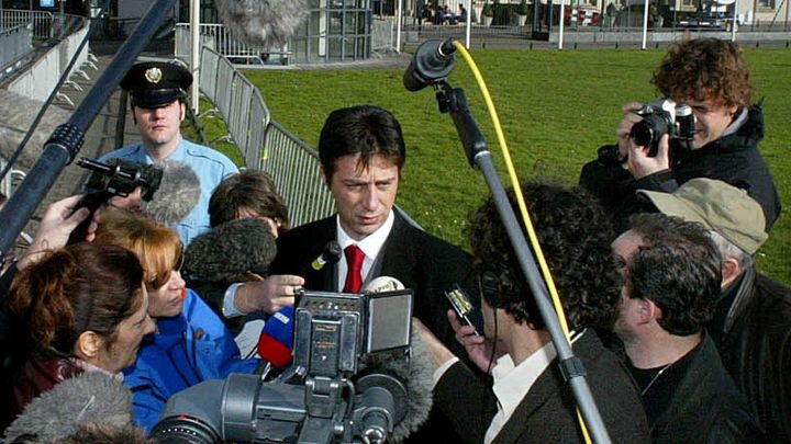 Драгослав Огнянович говори пред журналисти до трибунала за военните престъпления в бивша Югослания в Хага през 2002 г., когато защитаваше Слободан Милошевич.