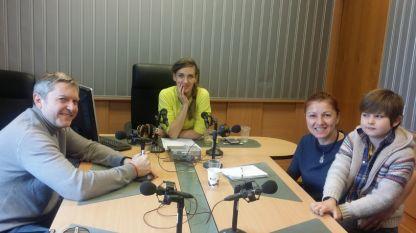 """Даниел Цочев, Калина Станева, Нели Бенова и малкия Филип (отляво надясно) в студиото на програма """"Христо Ботев""""."""
