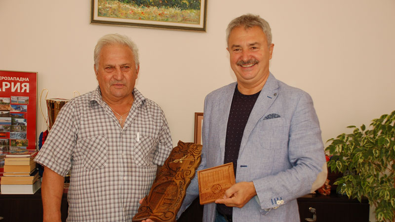 Кметът Златко Живков получи сувенирите от Тодор Петров – Джайч, бивш футболист на