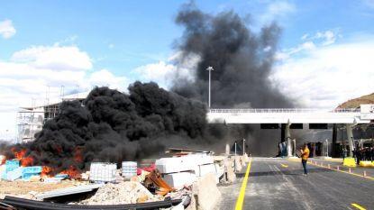 Албански демонстранти запалиха обекти от пункт за събиране пътни такси край тунела Калимаш близо до северния град Кукъс.