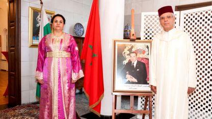 Г-жа Закия Ел Мидауи със съпруга си г-н Шаиб Лалу и с портрета на Н. В. Крал Мохамед VI в резиденцията в София по повод Националния празник на Кралство Мароко на 30 юли 2017 г.