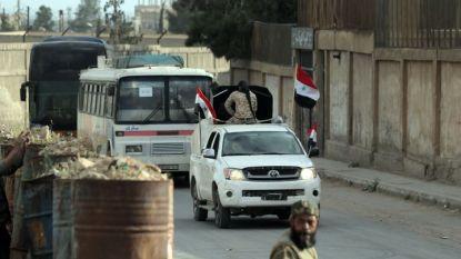 Един от 45-те автобуса с бунтовнически бойци и техни роднини, които в понеделник, напуснаха Дума към сирийския град Джараблус на север, който е контролиран от Турция.