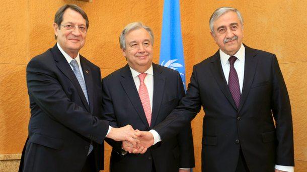 Лидерите на двете кипърски общности Никос Анастасиадис и Мустафа Акънджъ с Антонио Гутериш