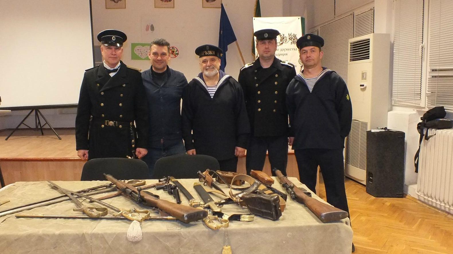 Момчил Кръстев (вторият вляво), заедно с членове на клуб